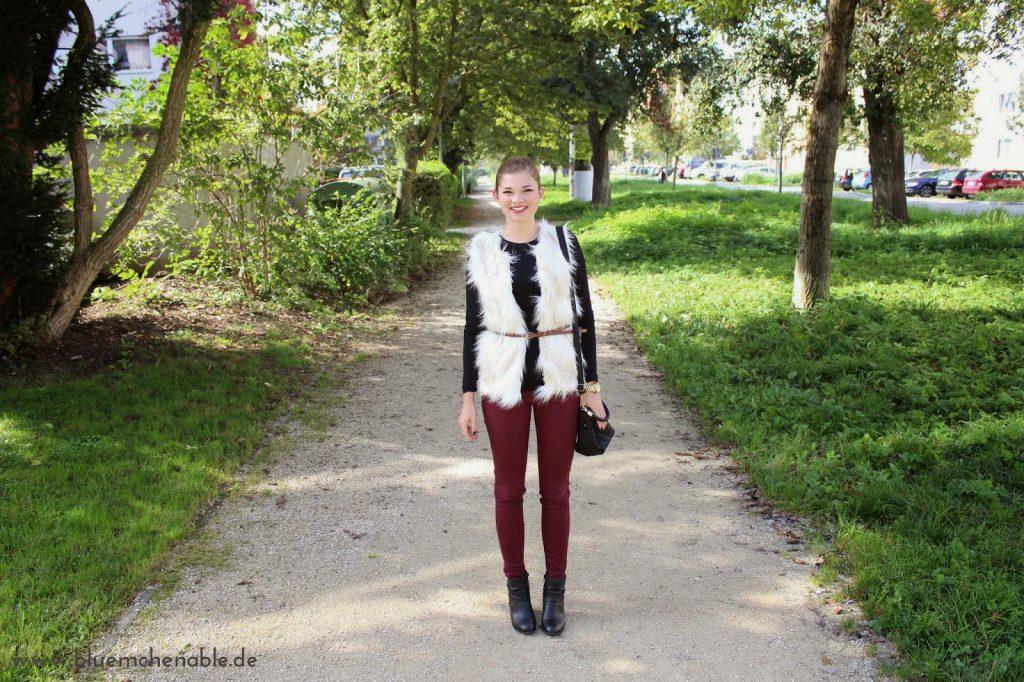 Herbst Outfit Fellweste bordeaux