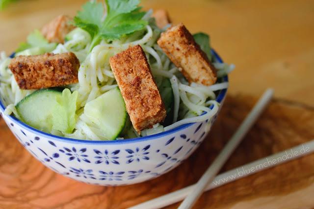 Asiatischer Nudelsalat mit Tofu und Ingwer-Koriander-Dressing - veganes Rezept